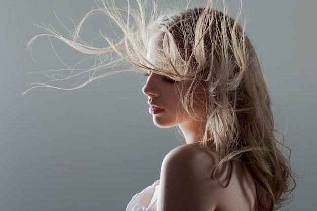 Piękna Młoda Kobieta Z Pięknymi Kolczykami, Portreta Zakończenie. Latające Włosy Premium Zdjęcia