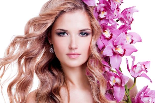 Piękna Młoda ładna Kobieta Zdrowej Skóry I Różowe Kwiaty Blisko Twarzy - Na Białym Tle. Darmowe Zdjęcia