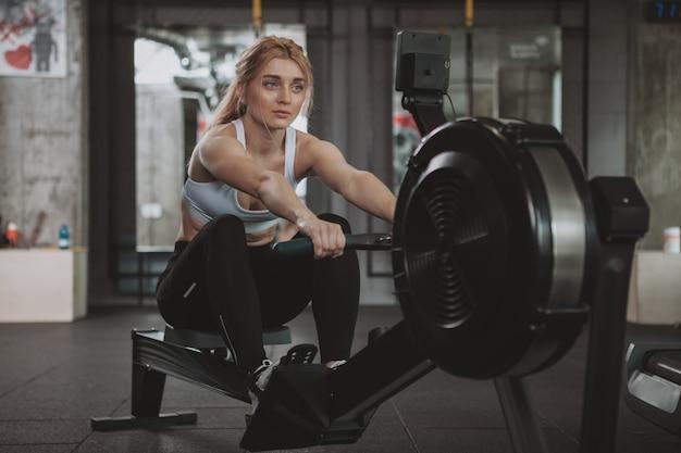 Piękna Młoda Sprawności Fizycznej Kobieta Pracująca Przy Gym Out Premium Zdjęcia