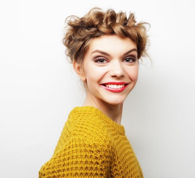 Piękna Młoda Szczęśliwa Kobieta Z ślicznym Uśmiechem. ścieśniać Premium Zdjęcia