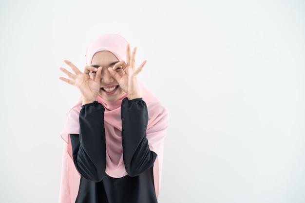 Piękna Modelka Muzułmańska W Nowoczesnym Kurung I Hidżabie, Nowoczesnym Stylu życia Dla Muzułmańskich Kobiet Na Białym Tle Na Białej ścianie. Koncepcja Mody Uroda I Hidżab. Portret W Połowie Długości Premium Zdjęcia