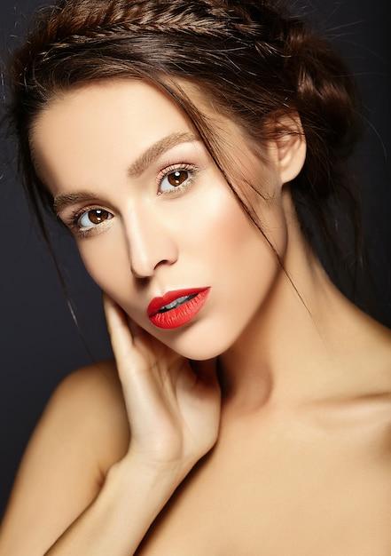 Piękna Modelka Ze świeżym, Codziennym Makijażem Z Czerwonymi Ustami Darmowe Zdjęcia