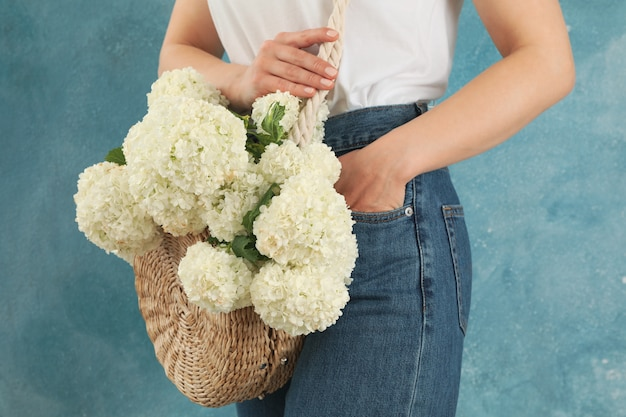 Piękna Modna Kobieta Z Hortensja Kwiatami. Wiosenna Roślina Premium Zdjęcia
