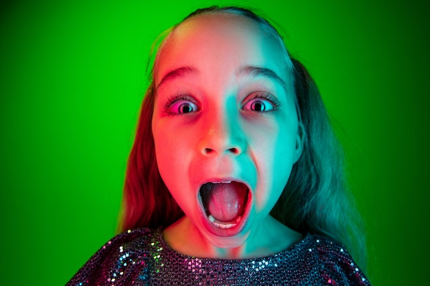Piękna Nastolatka Szuka Zaskoczony Na Białym Tle Na Zielono Darmowe Zdjęcia