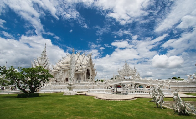 Piękna ozdobna biała świątynia lokalizować w chiang raja północny tajlandia Premium Zdjęcia