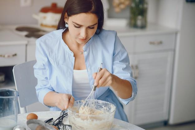 Piękna Pani Gotuje Ciasto Na Ciasteczka Darmowe Zdjęcia