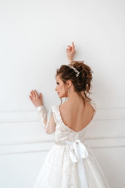 Piękna Panna Młoda Blondynka Na Białej ścianie Premium Zdjęcia
