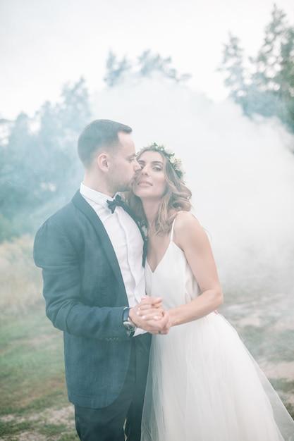 Piękna Panna Młoda I Pan Młody Z Bombami Dymnymi. Premium Zdjęcia