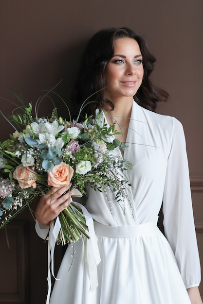 Piękna Panna Młoda Kobieta W Białej Szacie Z Bukietem Kwiatów Darmowe Zdjęcia
