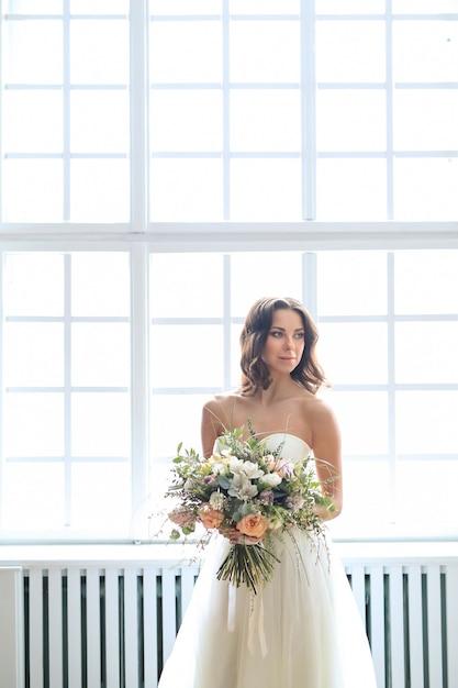 Piękna Panna Młoda Kobieta W Eleganckiej Sukni ślubnej Z Bukietem Kwiatów Darmowe Zdjęcia