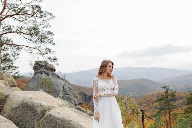 Piękna Panna Młoda W Białej Sukni Pozowanie. Darmowe Zdjęcia