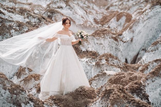 Piękna Panna Młoda W Sukni ślubnej Z Bukietem Na Szczycie Gór Solnych Premium Zdjęcia