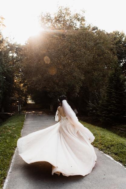 Piękna Panna Młoda Wiruje Na ścieżce Darmowe Zdjęcia