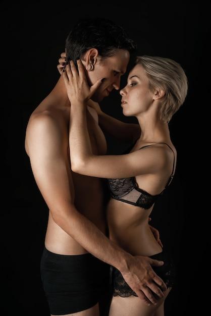Piękna Para Mężczyzna I Kobieta W Bieliźnie Przytulanie Relacji Premium Zdjęcia