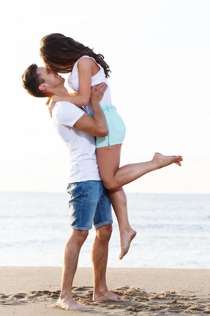 Piękna para na plaży Darmowe Zdjęcia