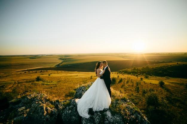 Piękna Para Pozuje W Ich Dniu ślubu Darmowe Zdjęcia