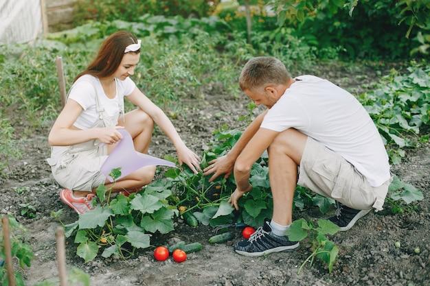 Piękna para pracuje w ogrodzie Darmowe Zdjęcia