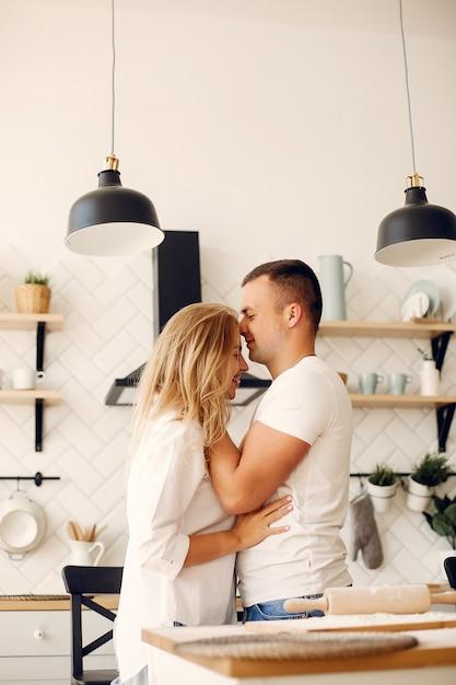 Piękna para przygotowuje jedzenie w kuchni Darmowe Zdjęcia
