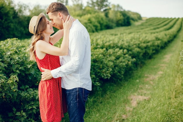 Piękna para spędza czas na polu Darmowe Zdjęcia