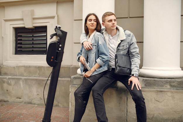 Piękna para spędza czas na ulicy Darmowe Zdjęcia