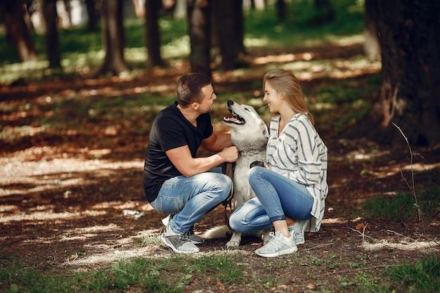 Piękna para spędza czas w lesie Darmowe Zdjęcia