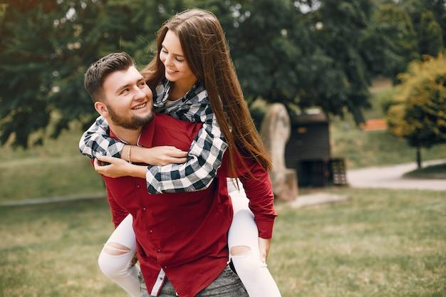 Piękna para spędza czas w letnim parku Darmowe Zdjęcia