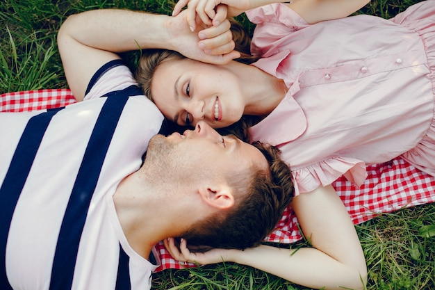 Piękna para spędzać czas na polu latem Darmowe Zdjęcia