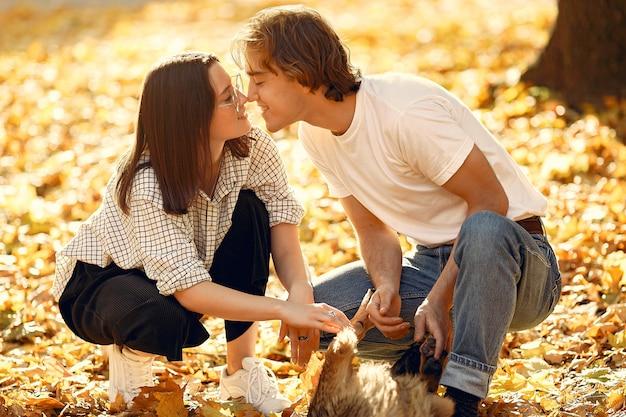 Piękna Para Spędzać Czas W Jesiennym Parku Darmowe Zdjęcia
