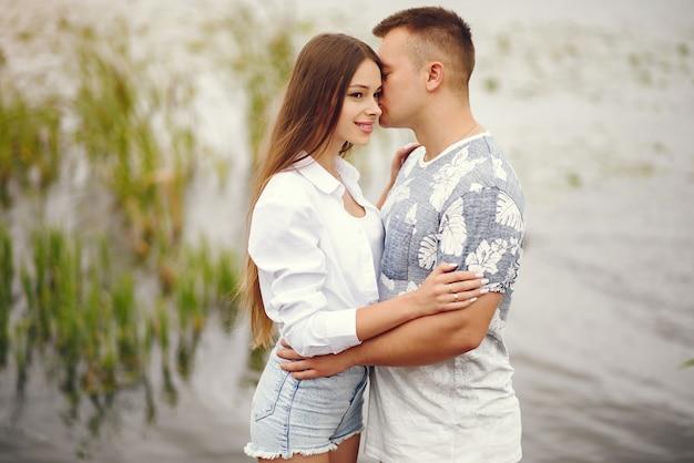 Piękna para spędzać czas w jesiennym zachmurzonym parku Darmowe Zdjęcia