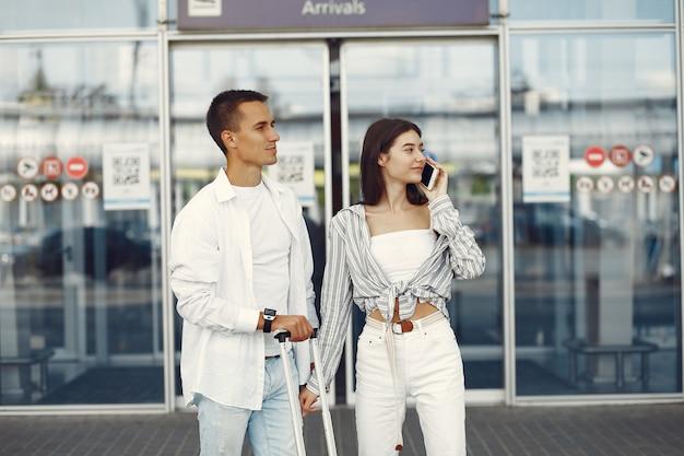Piękna para stoi blisko lotniska Darmowe Zdjęcia
