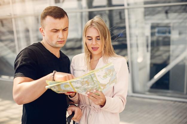 Piękna para stoi na lotnisku Darmowe Zdjęcia