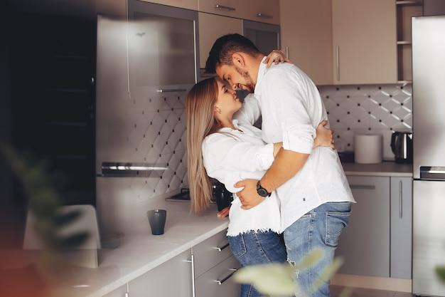Piękna para w domu Darmowe Zdjęcia