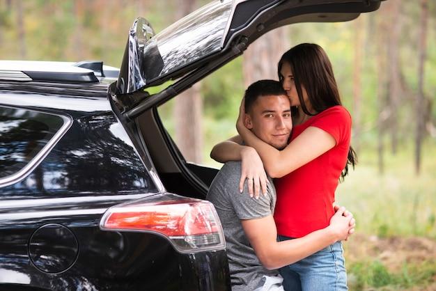 Piękna para w samochodowym środka strzale Darmowe Zdjęcia