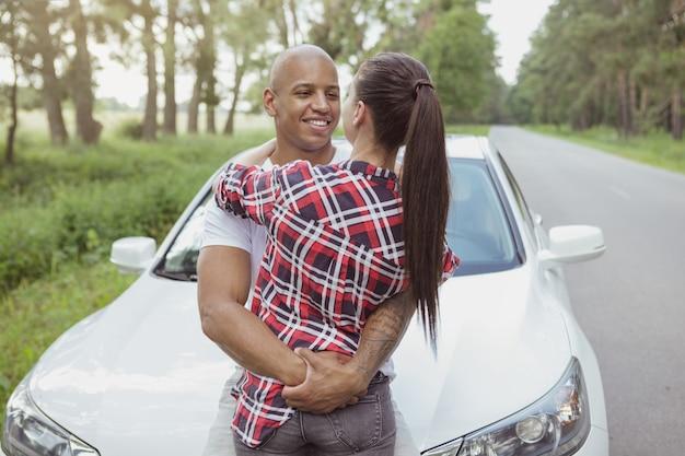 Piękna para wielorasowe korzystających z podróży samochodem Premium Zdjęcia