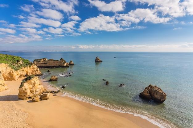 Piękna Piaszczysta Plaża. Wybrzeże Portugalii, Algarve, Lagos. Premium Zdjęcia