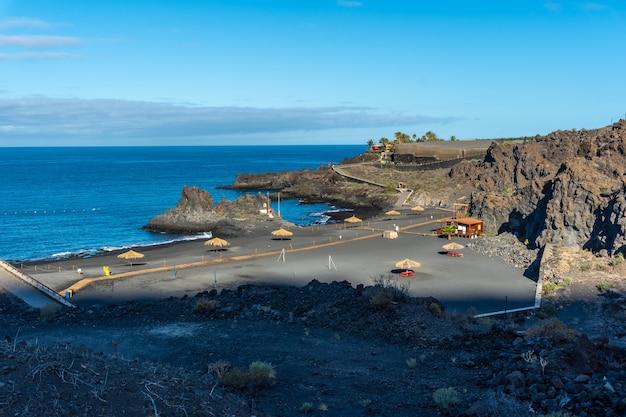 Piękna Plaża Charco Verde Na Wyspie La Palma Latem. Wyspy Kanaryjskie Hiszpania Premium Zdjęcia