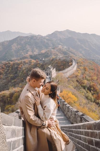 Piękna Potomstwo Para Pokazuje Uczucia Na Wielkim Murze Chiny Darmowe Zdjęcia