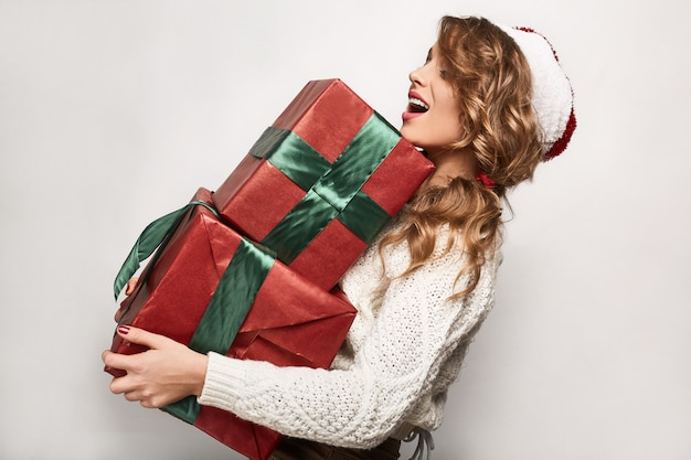 Piękna Pozytywna Blondynka W Swetrze I świątecznej Czapce Premium Zdjęcia