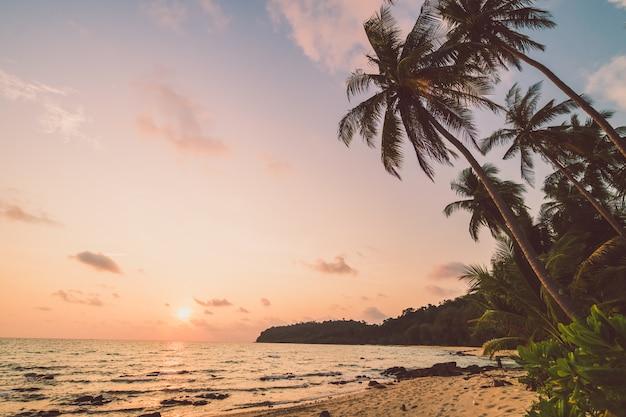 Piękna rajska wyspa z plażą i morzem Darmowe Zdjęcia