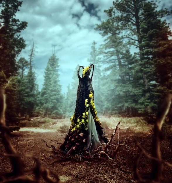 Piękna Rattanowa Sukienka Ozdobiona żółtymi Kwiatami I Korzeniami Drzew, Na Tle Las Sosnowy Premium Zdjęcia