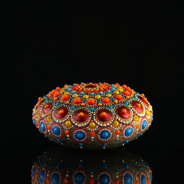 Piękna Ręcznie Malowana Mandala Rock Premium Zdjęcia
