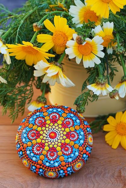 Piękna Ręcznie Malowana Mandala W Pobliżu Kwiatów Premium Zdjęcia