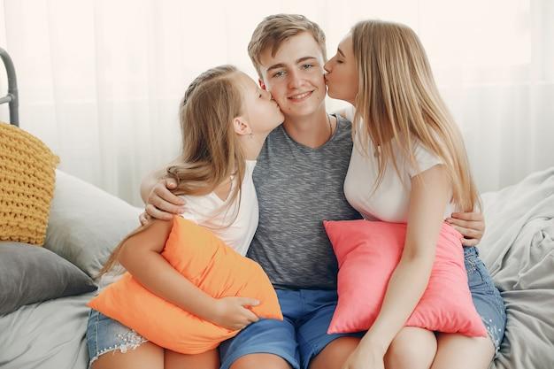 Piękna rodzina baw się dobrze w domu Darmowe Zdjęcia