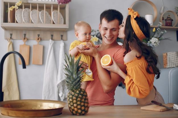 Piękna rodzina przygotowuje jedzenie w kuchni Darmowe Zdjęcia