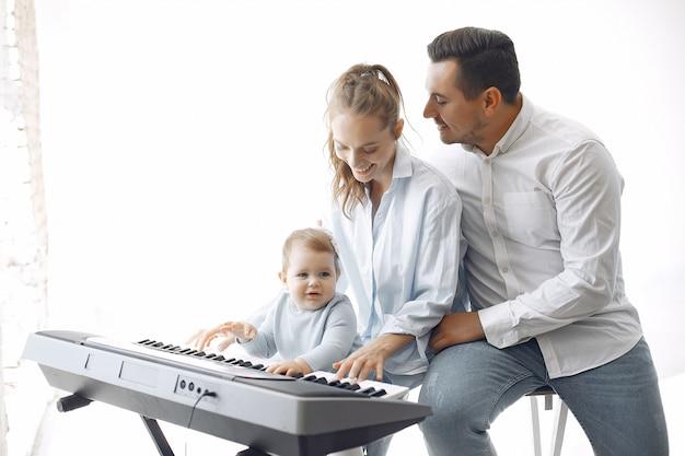 Piękna Rodzina Spędza Czas W Studiu Muzycznym Darmowe Zdjęcia