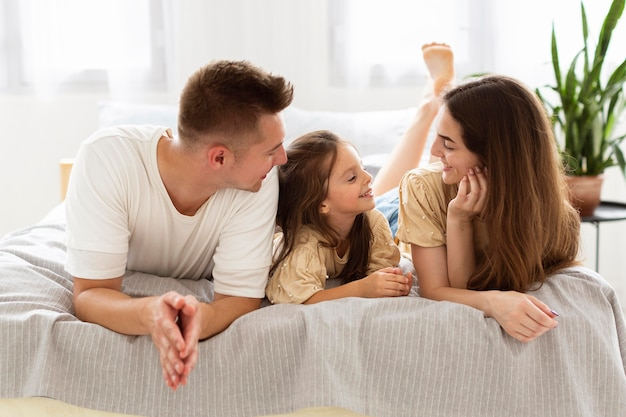 Piękna Rodzina Spędza Razem Słodki Moment W łóżku Premium Zdjęcia