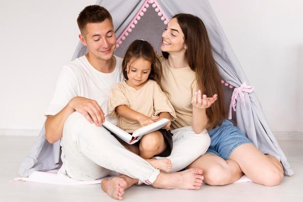 Piękna Rodzina Spędza Razem Uroczą Chwilę Darmowe Zdjęcia