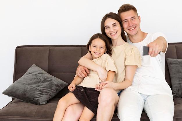 Piękna Rodzina Spędza Razem Urocze Chwile W Salonie Darmowe Zdjęcia
