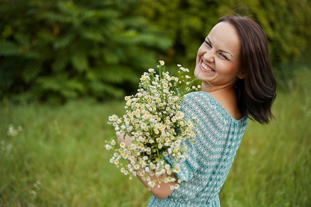 Piękna romantyczna kobieta na zewnątrz Darmowe Zdjęcia