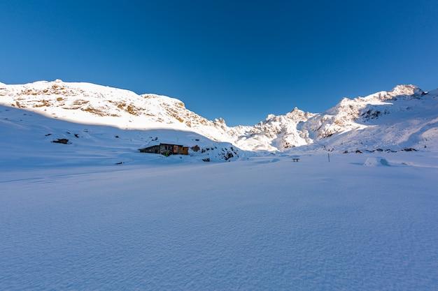 Piękna Sceneria Zimy Kraina Cudów Pod Jasnym Niebem W Sainte Foy, Francuskie Alpy Darmowe Zdjęcia